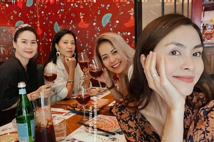 Tăng Thanh Hà (phải) ăn trưa mừng sinh nhật chị Thùy Trang (thứ hai từ trái sang) - vợ của rocker Phạm Anh Khoa. Buổi tiệc còn có sự tham gia của diễn viên Thân Thúy Hà (trái) và một người bạn.