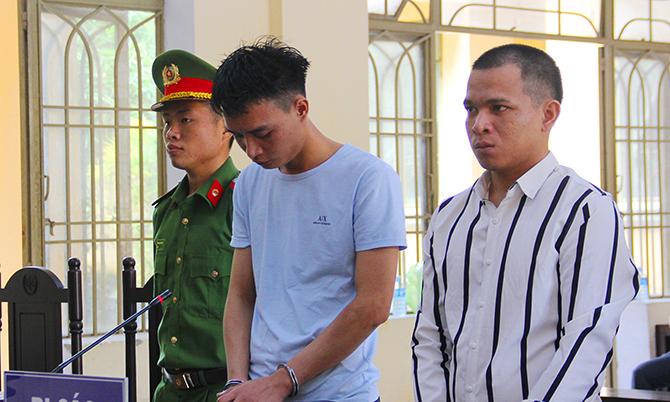 Nguyễn Văn Bảo và Hoàng Quốc Tỉnh tại phiên toa sơ thẩm, sáng 27/5. Ảnh: Sơn Thủy.