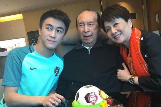 Tỷ phú Stanley Ho bên người vợ tư Lương An Kỳ và con trai Hà Du Quân. Ảnh: SCMP.