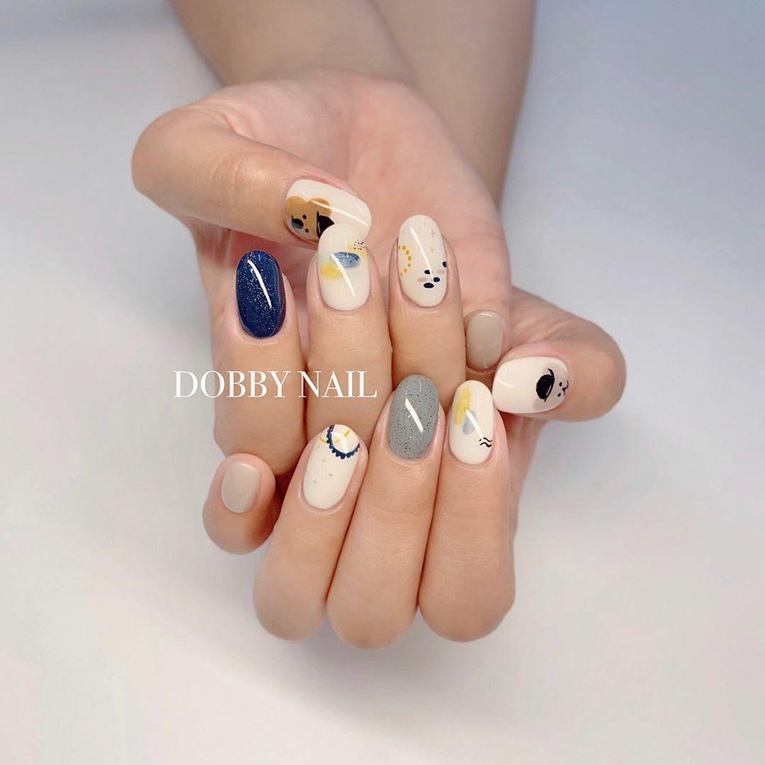 Mốt làm đẹp móng tay mỗi ngón một màu vẫn chưa có dấu hiệu hạ nhiệt, tuy nhiên bạn nên cân nhắc khi kết hợp màu sắc để không làm xỉn da tay hay tạo cảm giác rối mắt, thiếu ăn nhập.