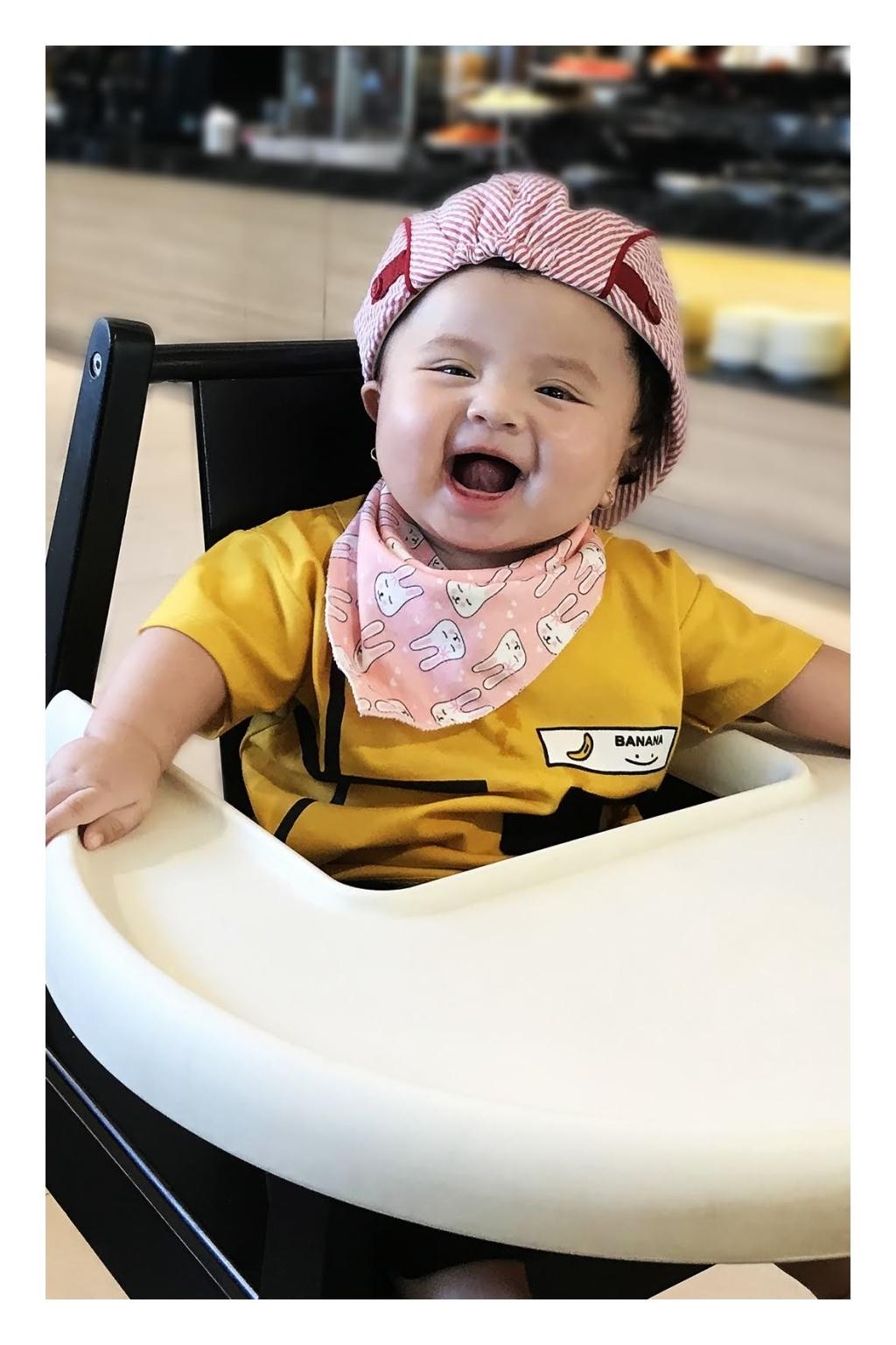 Nụ cười sáng bừng của bé nhà mẹ Minh Châu khi lần đầu được mẹ cho đi chơi xa.