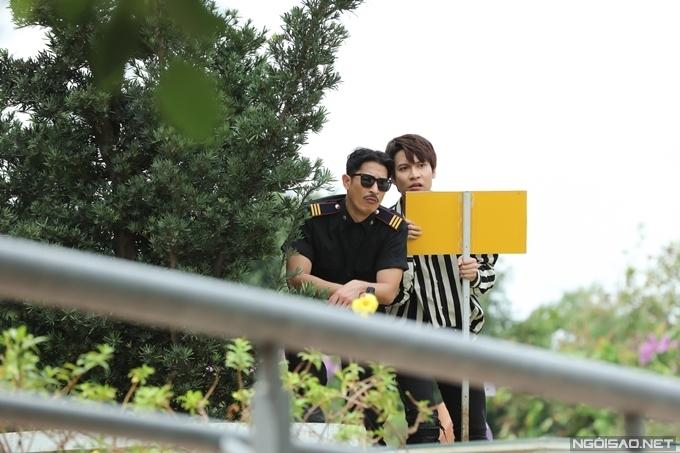 Nhân vật của Huy Khánh và Dũng Bino đều theo đuổi nữ chính Ngọc Lan. Hai người cùng theo dõi Ngọc Lan gặp lại người yêu cũ.
