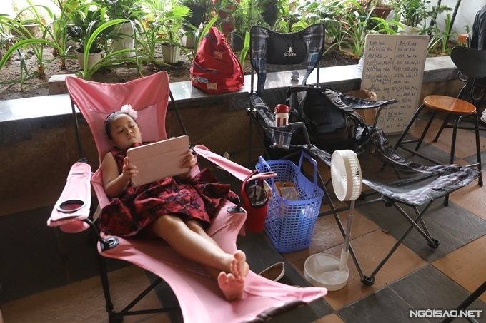 Bố mẹ Ngân Chi chuẩn bị ghế vải bố, ly nước, quạt pin, máy tính bảng cho con gái nghỉ ngơi và thư giãn trong giờ nghỉ.