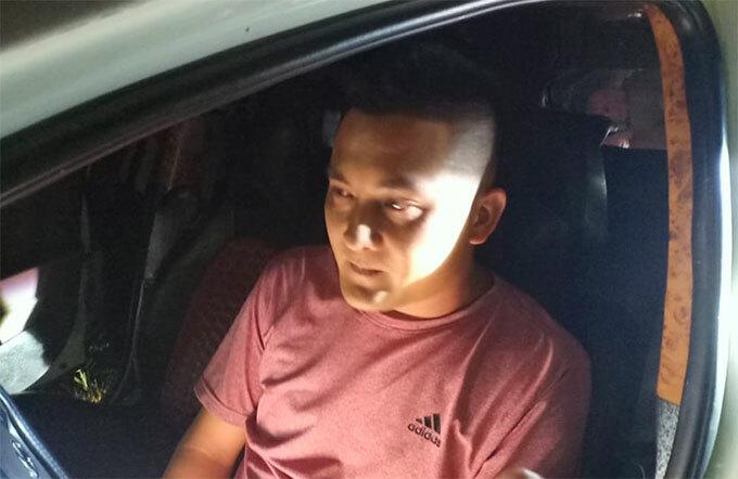 Tài xế Phi thời điểm cố thủ trên xe. Ảnh: Hùng Lê