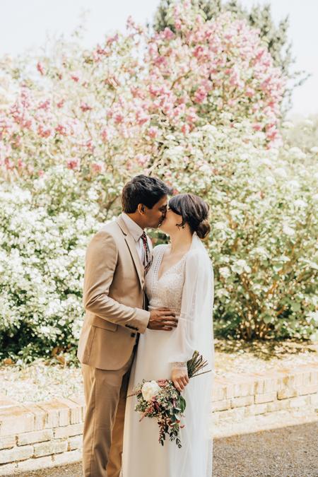 Cặp vợ chồng mới trao nhau nụ hôn ngọt ngào sau khi hôn lễ kết thúc. Ảnh:Rebecca Carpenter Photography