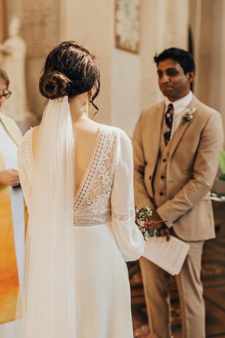 Hôn lễ chỉ có 5 người tham dự, gồm cô dâu chú rể, linh mục và hai người chứng kiến. Ảnh:Rebecca Carpenter Photography