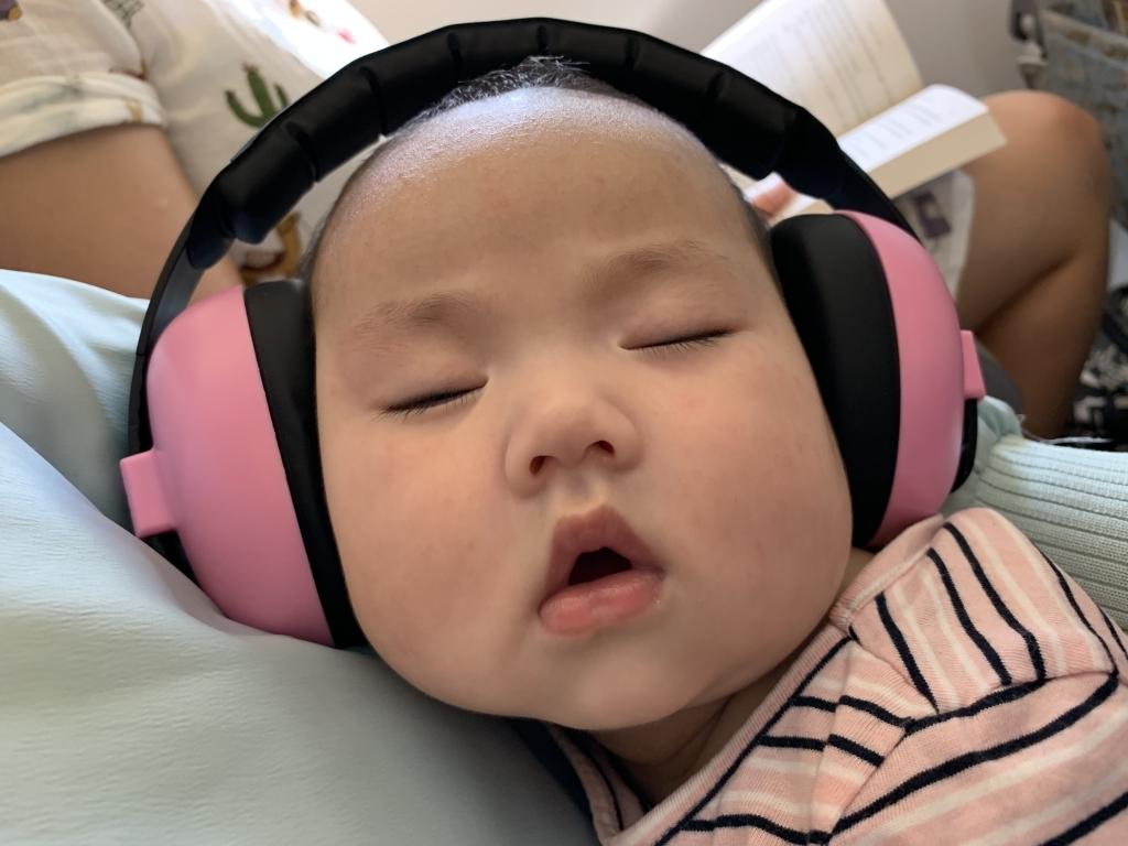 Còn đây là ảnh Sophie đeo tai nghe vẫn ngủ bất chấp. Độc giả có thể ngắm nhiều tư thế ngủ ngộ nghĩnh của con tại đây.