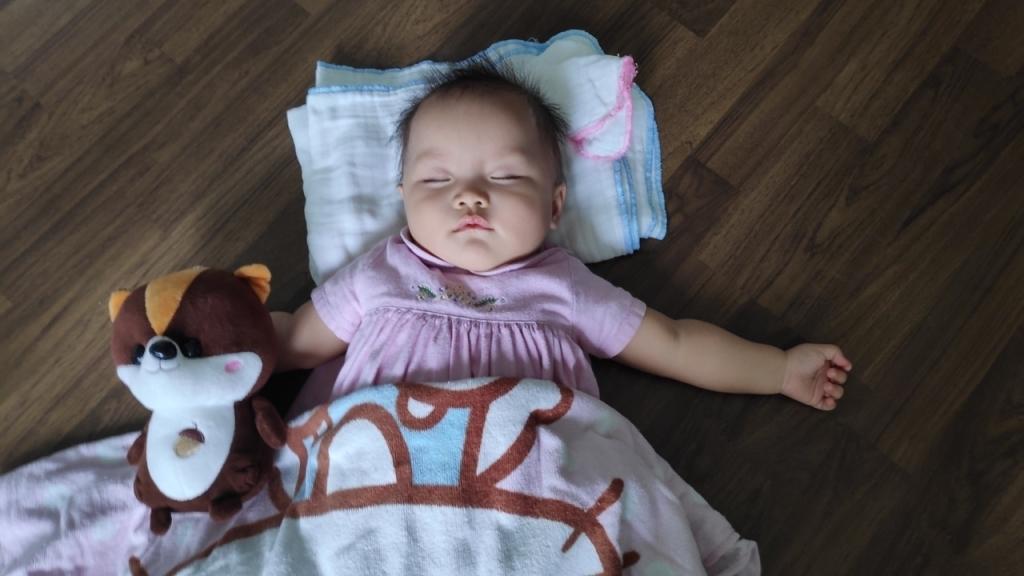 Bé Moon diện đồ đẹp và được mẹ cho chụp nhiều ảnh, sau khi làm mẫu nhí của mẹ xong là lăn ra ngủ ngon lành.