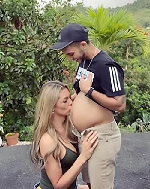 Danna hôn bung bầu 8 tháng của chồng. Ảnh: Instagram.