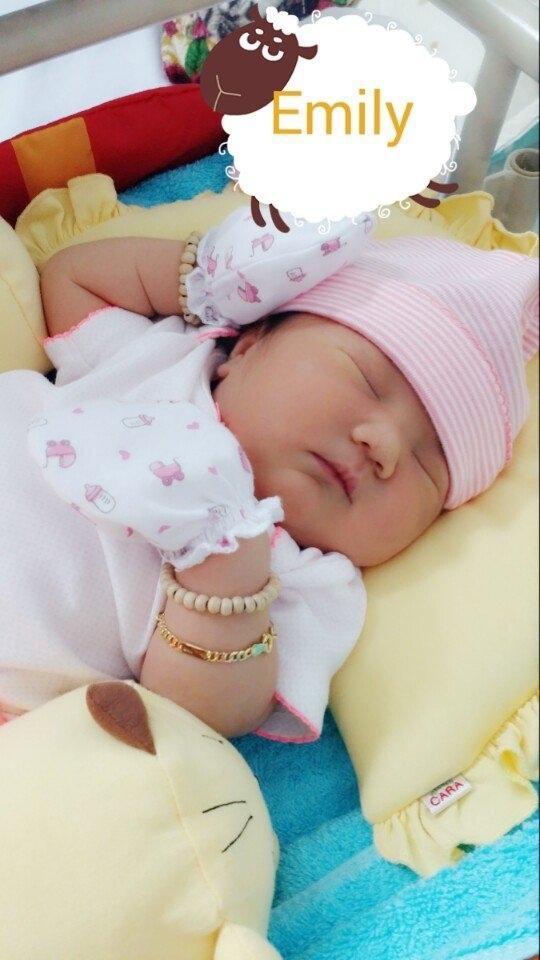 Con bé xíu xiu, nằm ngủ ngon lành. Nhìn ngắm gương mặt thiên thần của bé nhà mẹ Thùy Trang khiến ai cũng phải thốt lên đáng yêu quá đỗi.
