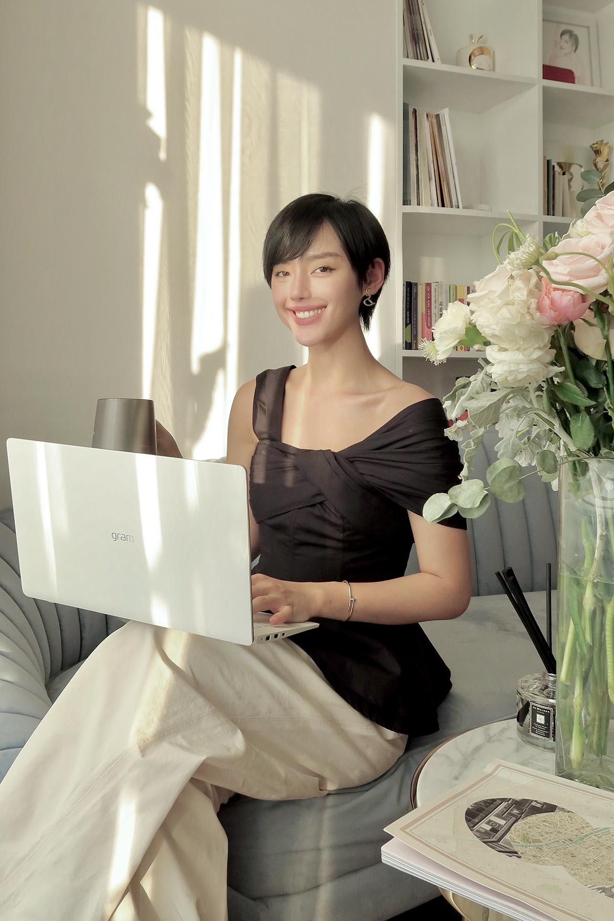 Khánh Linh chia sẻ: Tôi thích những thứ đơn giản, gọn nhẹ. Đối với nhà cửa hay công việc cũng vậy. Dù làm việc ở nhà hay khi ra ngoài, chỉ cần một chiếc laptop nhẹ nhàng là mình đã có thể xử lý được mọi công việc rồi. Trong ảnh,căn phòng khách ngập nắng là góc làm việc yêu thích của Khánh Linh.