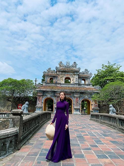 Hoa hậu Khánh Vân thướt tha với áo dài tím khi đến Huế.