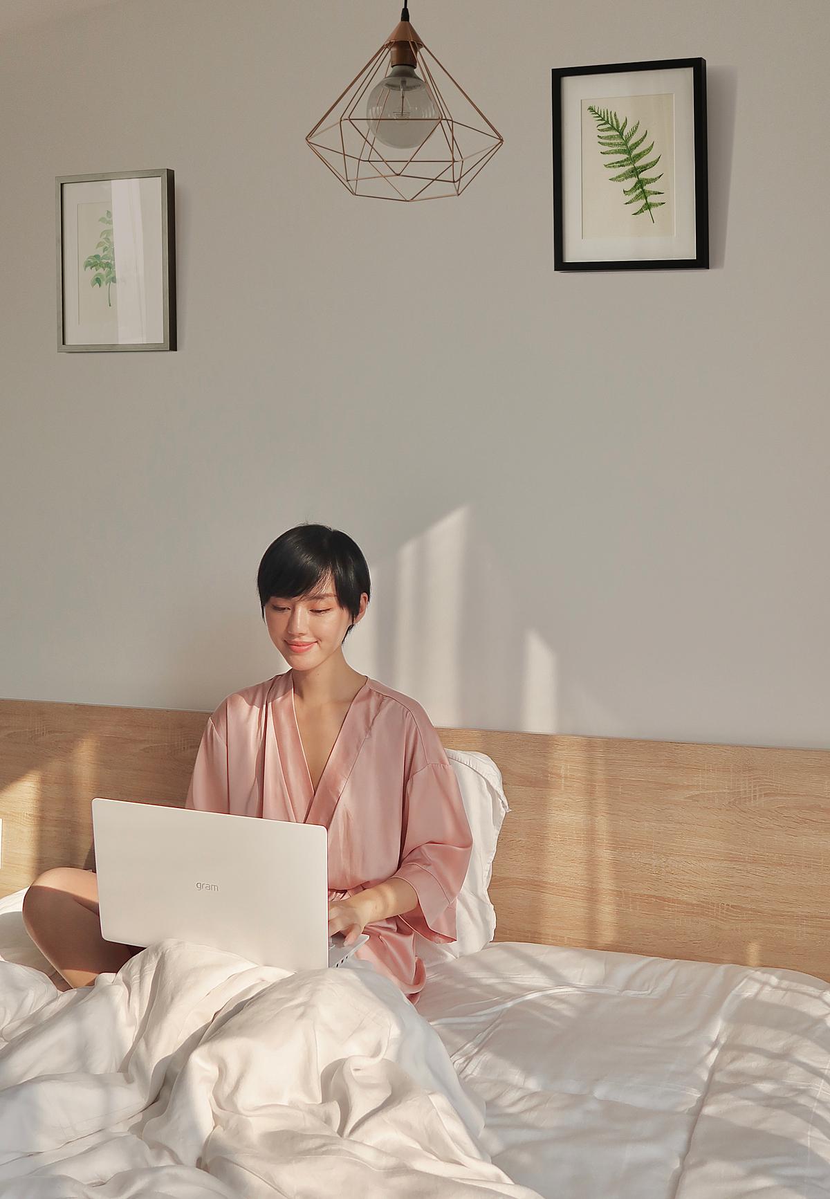 Công việc bận rộn và đòi hỏi tính linh hoạt nên chiếc laptop LG gram cho phépKhánh Linh có thể làm việc cả khi ngồi trên giường.