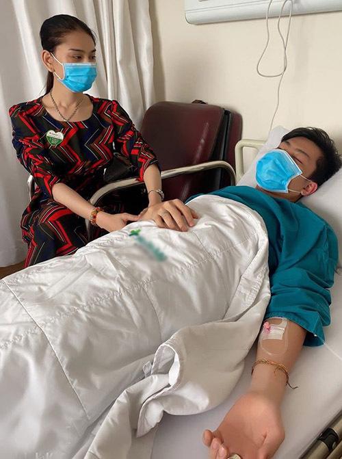 Lâm Khánh Chi đưa chồng trẻ vào viện làm phẫu thuật cắt khối u mỡ.