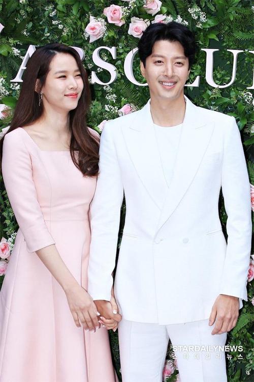 Cặp sao nổi tiếng Lee Dong Gun Jo Yoon Hee.