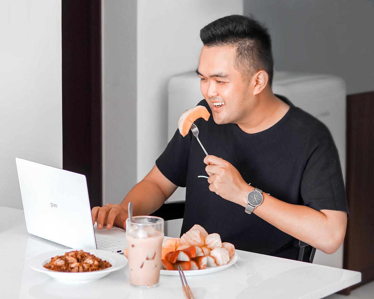 Ngoài Khánh Linh, không ít chàng trai cũng thích vẻ ngoài cũng như tính tiện lợi của chiếc laptop này, trong đó cóLong Nguyễn -người sáng lậpdự án Ăn sập Sài Gòn. Anh tự thiết kếcho mình một bàn làm việc khá đơn giản nhưng đầy cảm hứng với một chiếc laptop gọn nhẹ và rất nhiềuđồ ăn.