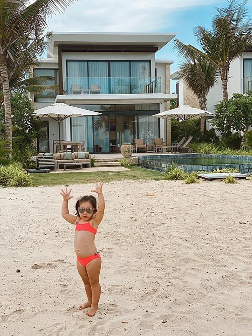 Bé Myla -con gái siêu mẫu Hà Anh - tạo dáng đáng yêu trước ống kính khi đi nghỉ cùng bố mẹ ở Vũng Tàu.