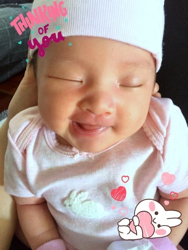 Con gái của chị Lê Thị Ngân còn vừa ngủ vừa cười làm duyên.