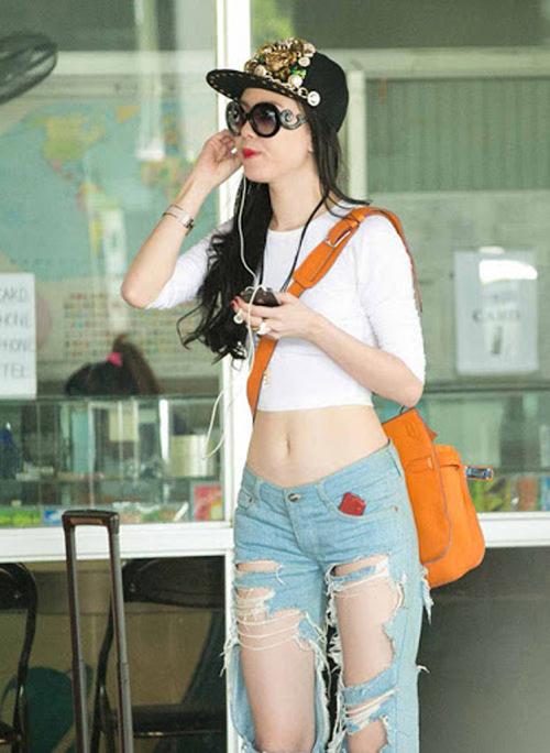 Quần jeans rách vốn là trang phục được giới trẻ yêu thích bởi nét cá tính, bụi bặm. Song trang phục Vũ Hoàng Điệp sử dụng lại khai thác khoảng hở quá lớn, dễ gây phản cảm.