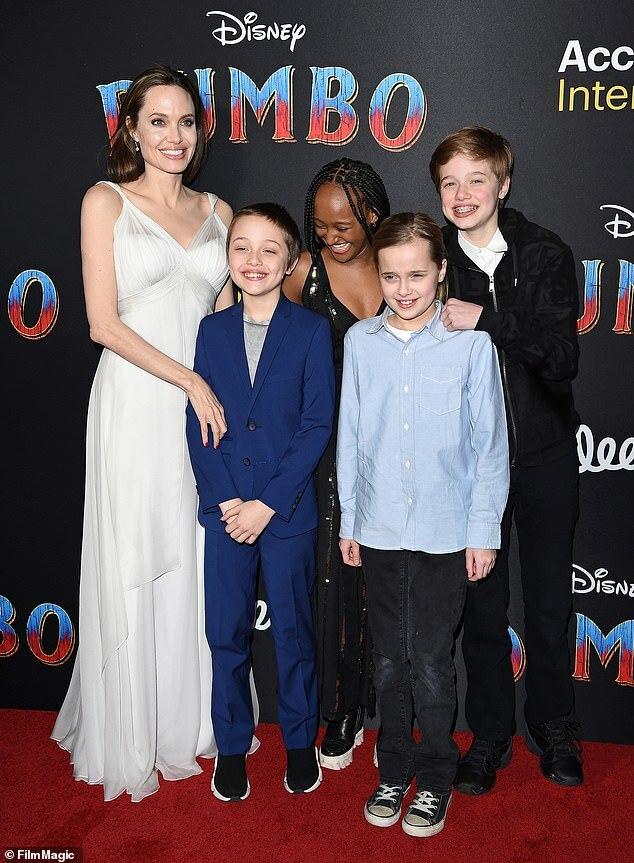 Shiloh (bên phải) bên mẹ và các em.