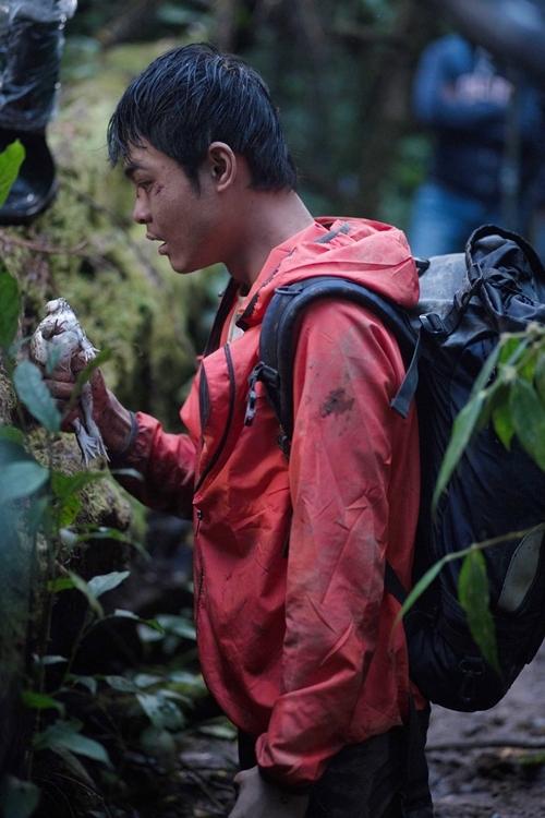 Huỳnh Thanh Trực vồ con ếch sống để ăn trong phim Tà Năng - Phan Dũng.