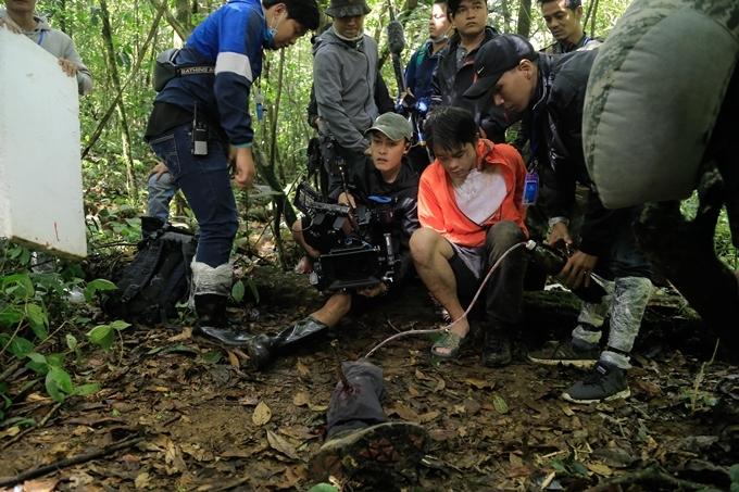 Cảnh phim nam chính bị thương ở chân sử dụng chân giả và máu giả để quay.