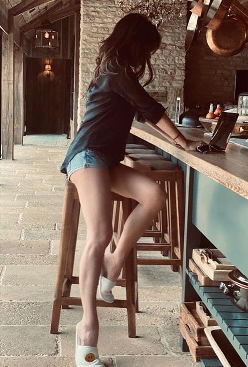 Bà Becks khoe chân thon khi làm việc ở nhà. Ảnh: Instagram.