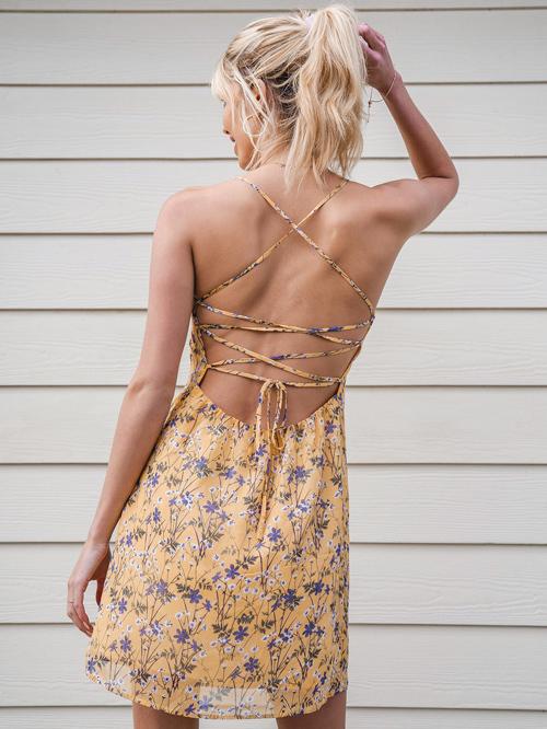 Bên cạnh đó, váy đan dây cũng lên ngôi vì cho phép người mặc thoải mái sáng tạo những cách thắt khác nhau.