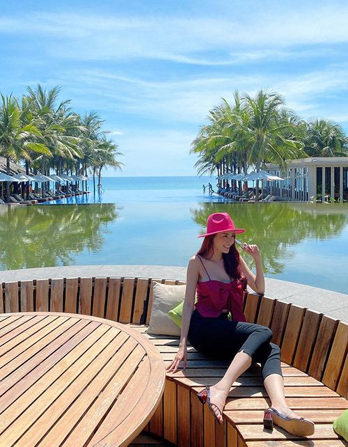 Phong cảnh và thời tiết tuyệt đẹp khiến Phan Thị Mơ mải mê tạo dáng chụp ảnh không biết chán.