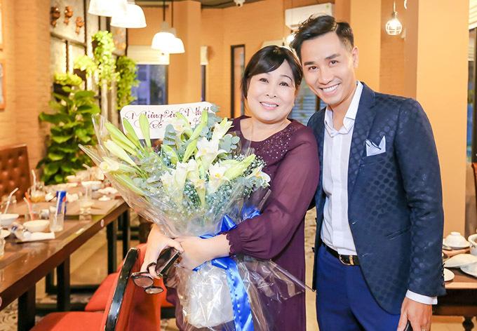 Nghệ sĩ Hồng Vân bận rộn nhưng vẫn đến chúc mừng Nguyên Khang mở nhà hàng mới.