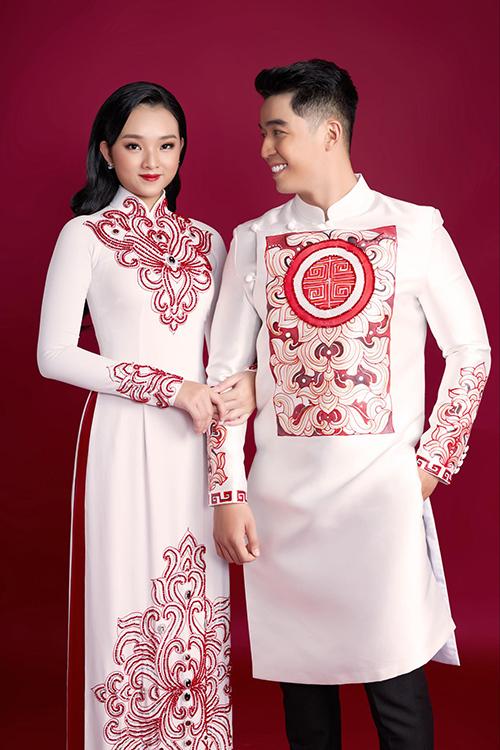 Áo dài của Minh Châu sử dụng hoạ tiết cung đình Việt, mang vẻ sang trọng, phù hợp dịp hỷ sự. Các chi tiết thêu, đính và hoạ tiết in trên thân áo tỉ mỉ, có bố cục đối xứng giống các bức tranh xưa cổ.