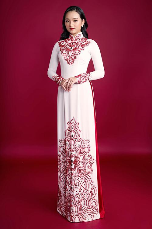 Áo dài nữ có hoạ tiết nơi ngực, tay áo và nửa dưới tà, giúp tạo điểm nhấn.
