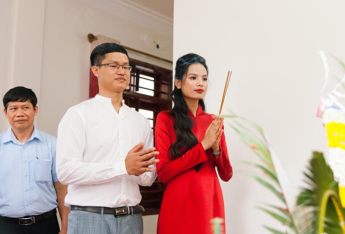 Cặp cô dâu chú rể dù khác tôn giáo nhưng vẫn trải qua nghi thức cúng bái tổ tiên theo truyền thống. Tiêu Ngọc Linh chia sẻ chị đang theo học đạo Công giáo kể từ khi quyết định kết hôn với chồng Nguyễn Công.