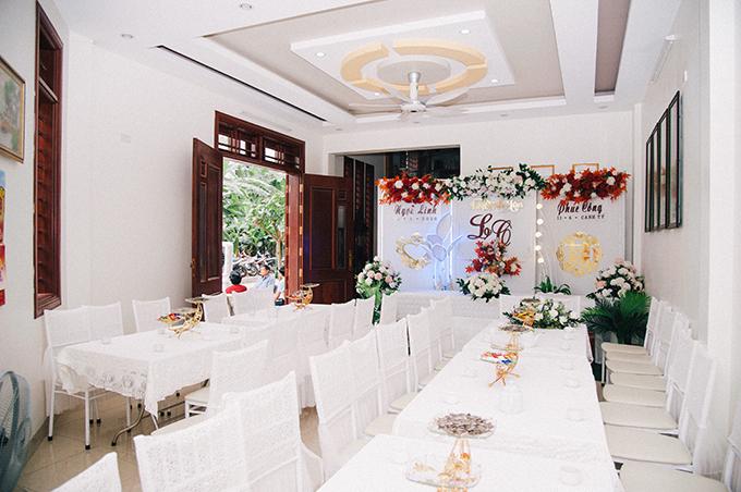 Tiêu Ngọc Linh yêu thích sự đơn giản nên không gian làm lễ tại nhà gái mang tông trắng chủ đạo. Ngôi nhà được tô điểm với hoa tươi, giúp không gian rạng rỡ.