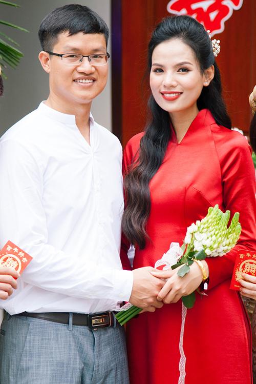 Tiêu Ngọc Linh và chồng Nguyễn Công trong lễ ăn hỏi ngày 4/5.