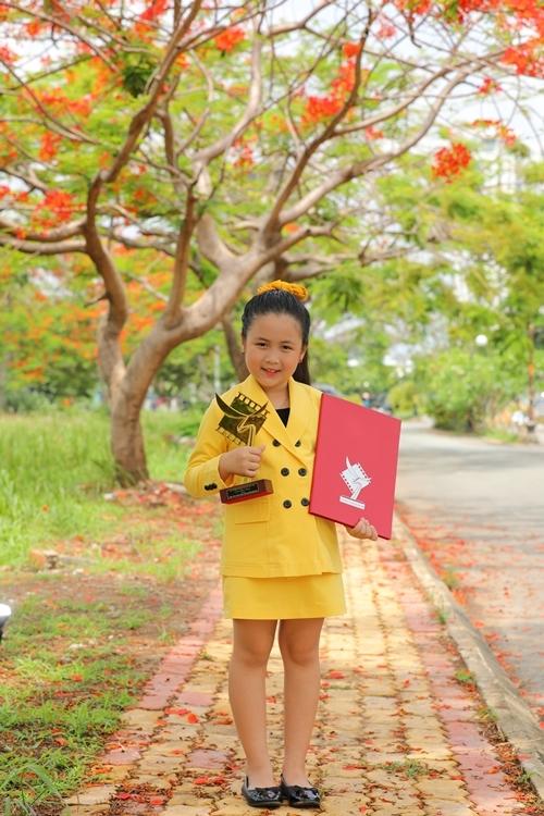 Nhận tin đoạt giải thưởng, Ngân Chi và bố mẹ đều rất hạnh phúc. Cô bé tranh thủ tới buổi trao giải Cánh Diều nhận cúp và bằng khen rồi lại quay về phim trường để tiếp tục diễn xuất.