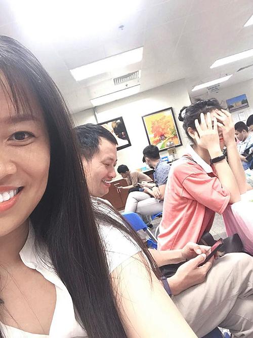 Hạnh Nguyên xấu hổ lấy tay che mặt khi mẹ pose hình.