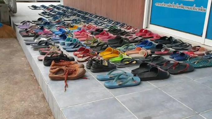 Hàng trăm đôi dép được bày ra bên ngoài trụ sở đồn cảnh sátNonthaburi. Ảnh: Viral Press.