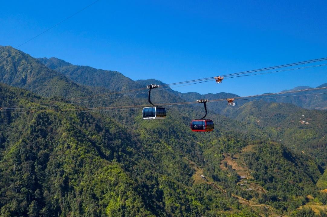 Cáp treo Fansipan băng qua thung lũng Mường Hoa.