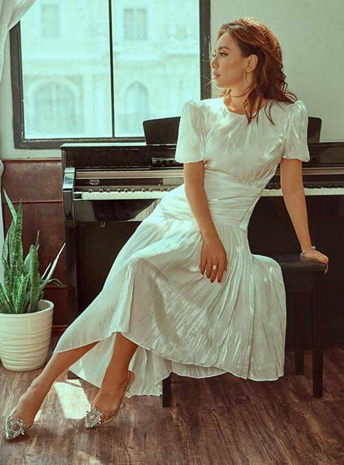 [Caption một MV ca nhạc sẽ phát hành vào mùa hè. Với concept đặc biệt, độc đáo, MV bài hát Gạo trắng nước trong do nhạc sĩ Phúc Bồ sáng tác hứa hẹn sẽ đánh dấu sự tái xuất hoành tráng của Miko Lan Trinh trước mặt khán giả. Ngoài ra, nữ ca sĩ còn cho biết bản thân mình cũng sẽ có sự thay đổi ấn tượng về mặt ngoại hình, dự kiến sẽ khiến các fan hâm mộ bất ngờ. Bởi thời gian qua, ngoài việc trau dồi kỹ năng nghệ thuật, Miko còn dành kha khá nhiều thời gian để tút tát vẻ ngoài của mình. Cô tin rằng mọi người sẽ thích thú và ủng hộ mình với dự án lần này, và gúp cho Lan Trinh thêm vững in hơn trên hành trình theo đuổi cái đúng, cái đẹp trong nghệ thuật và làng giải trí.Photo: Antonio DinhMakeup: Lâm Miu MiuFashion: Hacchic Blush