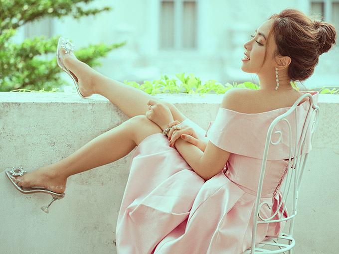 Miko Lan Trinh diện thiết kế hở vai điệu đà, thảnh thơi ngồi ngắm cảnh, tạo dáng trên sân thượng.