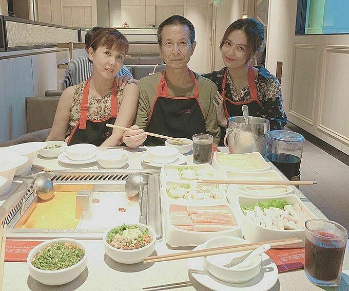 Hoàng Thùy Linh đưa bố mẹ đi ăn uống tại một nhà hàng sang trọng.