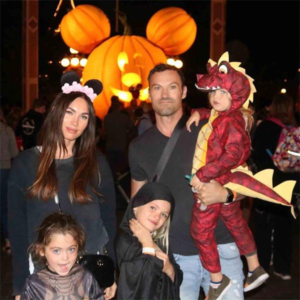 Vợ chồng Megan bên ba con trai vào Halloween năm ngoái.