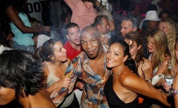 Khi ở đỉnh cao và kiếm được nhiều tiền, xung quanh Mike Tyson luôn có hàng tá bóng hồng vây quanh. Ảnh: Fightstate.