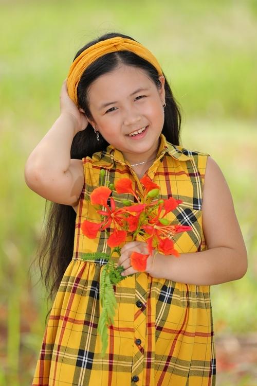Tuy còn nhỏ tuổi, Ngân Chi được nhiều đạo diễn, nhà sản xuất và diễn viên khen ngợi làm việc chuyên nghiệp. Em học thoại nhanh, nắm bắt nội dung phim tốt, không ngại quay phim nhiều giờ dưới trời nắng, liên tục thay đồ cho các cảnh phim hoặc chờ lâu tới lượt quay. Chia sẻ với Ngoisao.net, Ngân Chi nói em thích đóng phim và không thấy mệt dù vừa đóng phim vừa đi học. Cô bé tự hào nhận mình là đứa trẻ nhiều ba mẹ nhất Việt Nam. Vì đóng vai gái của ai, em đều gọi diễn viên đó là ba, mẹ.
