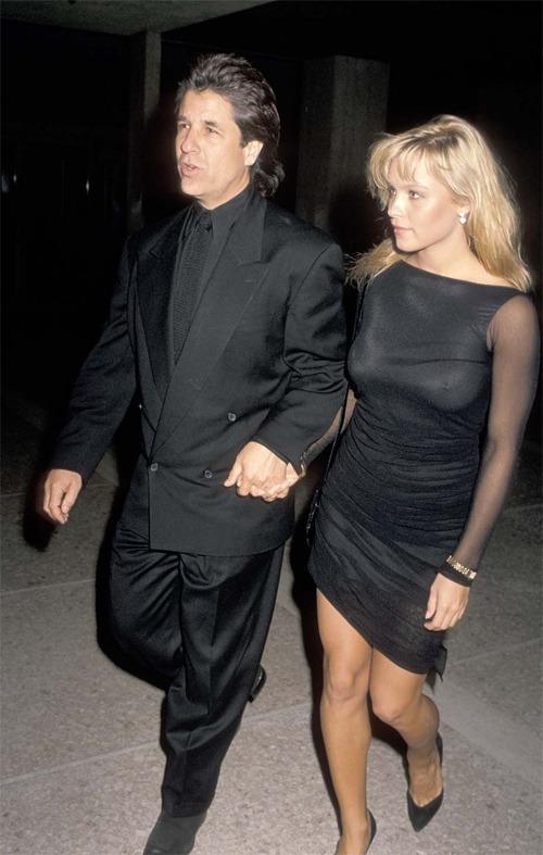 Jon Peters nắm tay Pamela Anderson ra mắt phim Batman năm 1989.