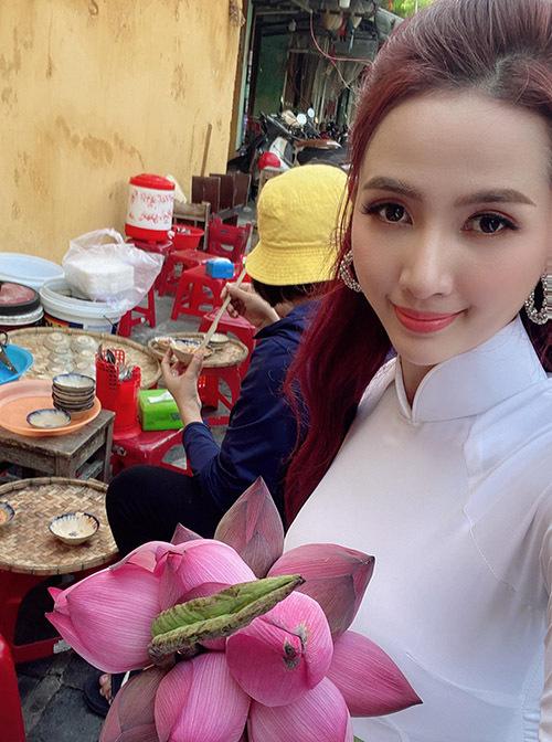 Cô diện áo dài dạo chợ quê, mua cho mình một bó hoa sen và thưởng thức các món ăn đặc sản ở đây như bánh bèo chén, mì quảng...