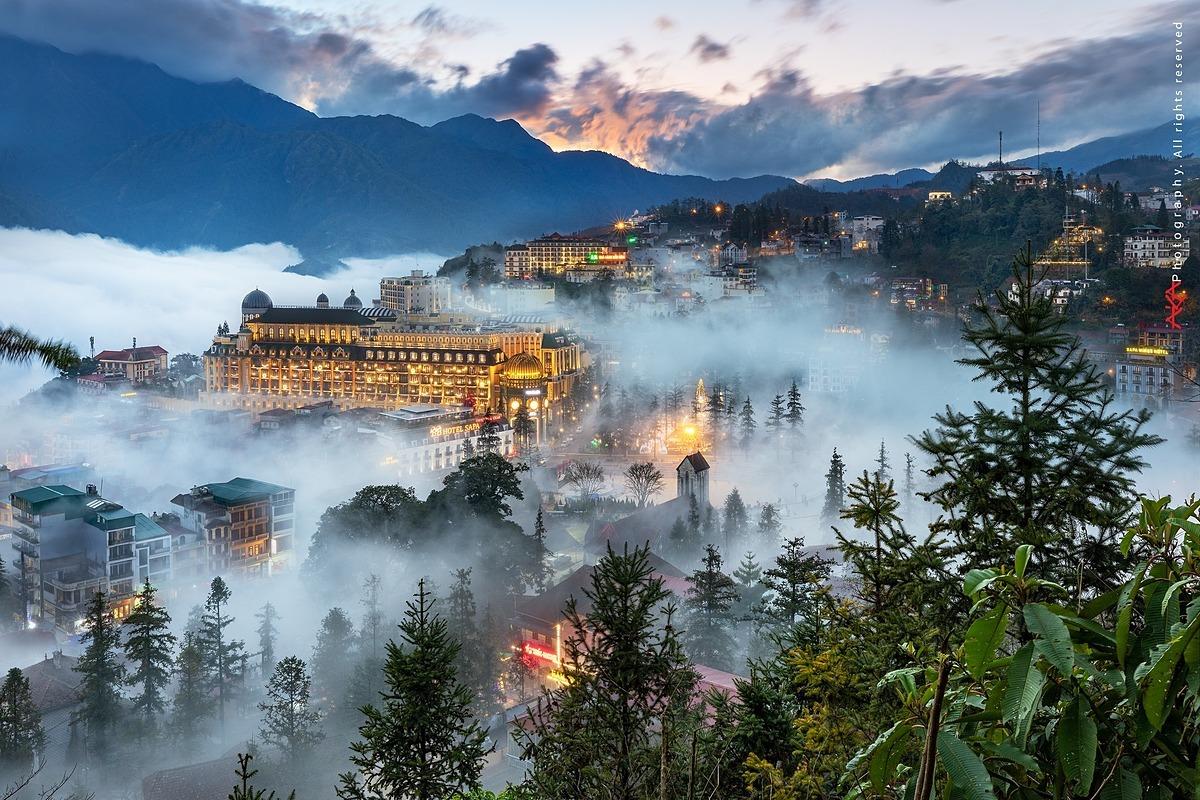 Thị xã Sapa lung linh trong sương và ánh đèn từ các khách sạn, resort.