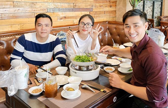 Chàng MC tự chế biến món ăn, phục vụ diễn viên Vân Trang và bạn bè nghệ sĩ tới nhà hàng của anh. Nguyên Khang cho biết anh thích kinh doanh và muốn có thêm thu nhập phục vụ các dự án nghệ thuật nên đã đầu tư 4 tỷ đồng mở nhà hàng này.