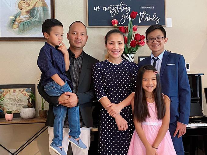 Gia đình hạnh phúc của Hồng Ngọc và Thomas Tâm.
